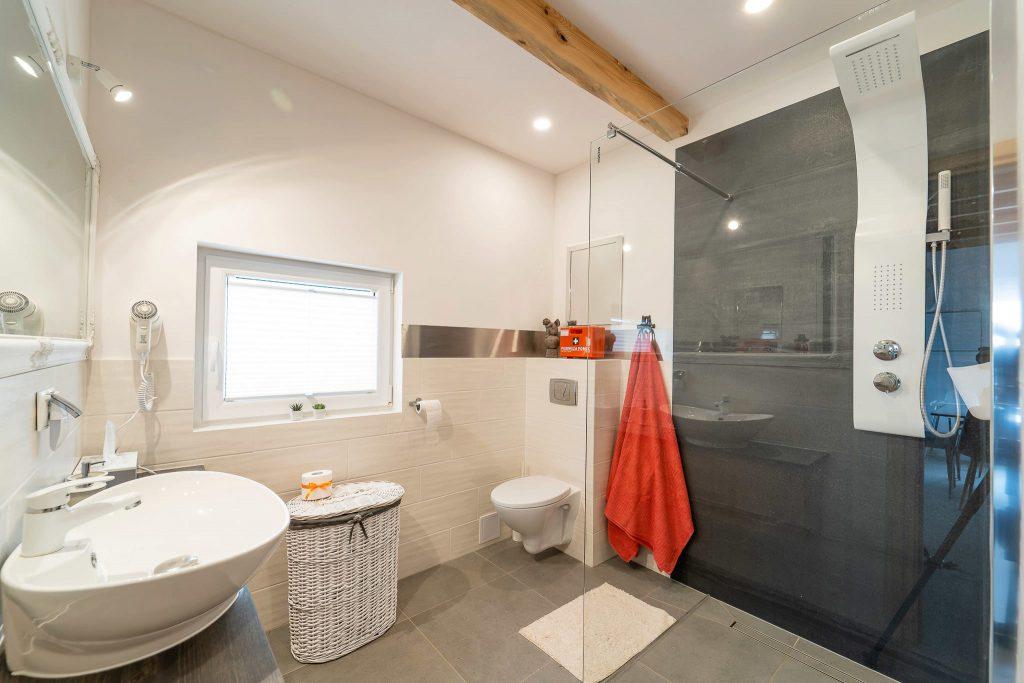 Domek Czerwony łazienka kabina prysznicowa
