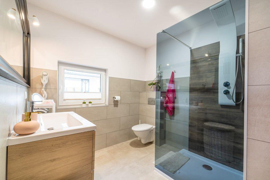 Domek Różowy łazienka kabina prysznicowa
