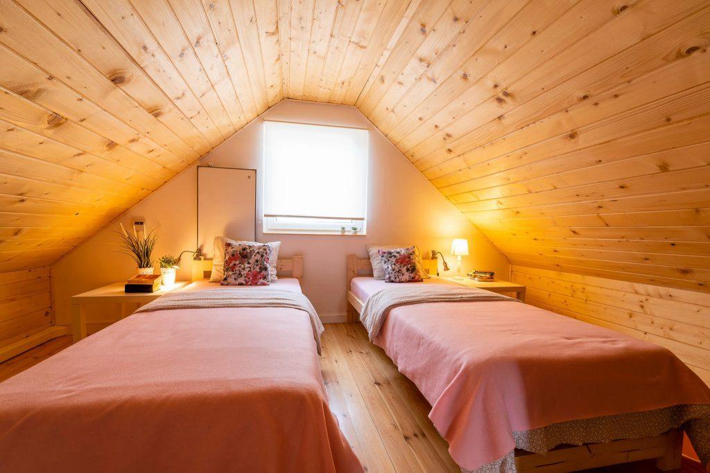 Domek Różowy sypialnia na piętrze