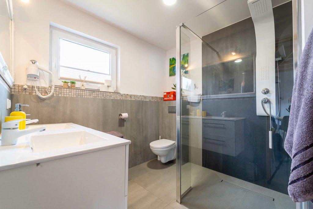 Domek Żółty łazienka prysznic