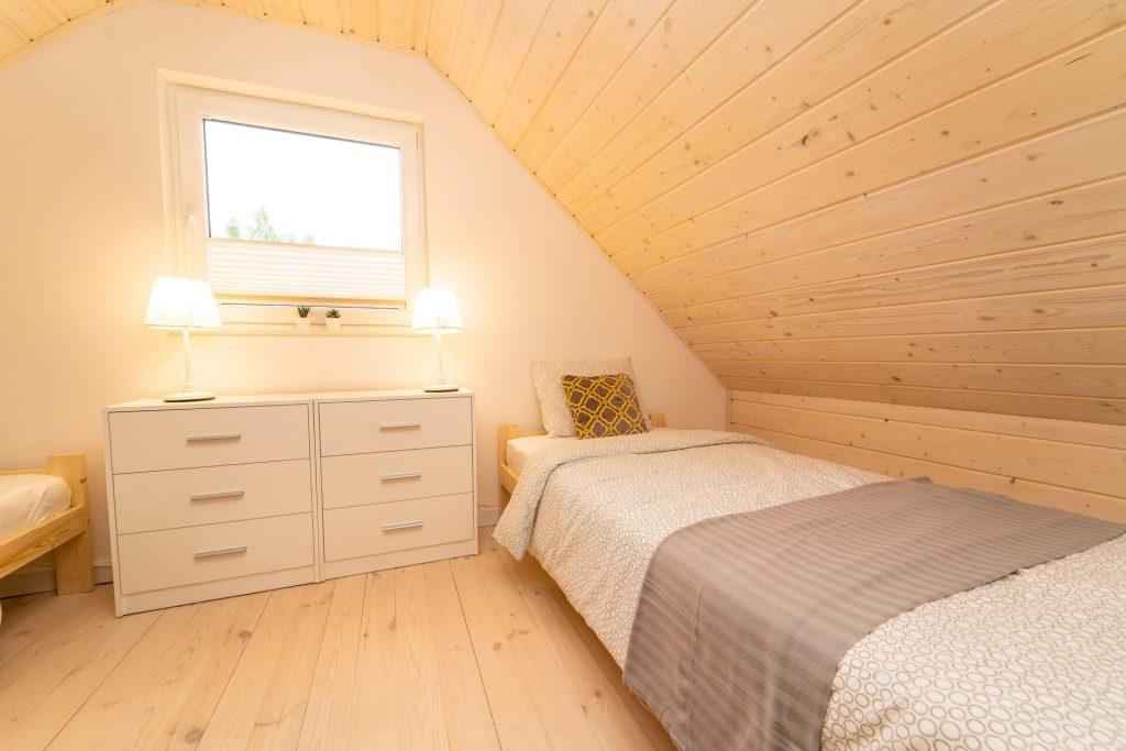 Domek Żółty sypialnia na piętrze