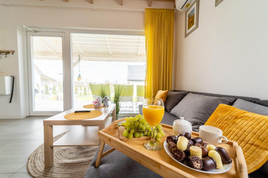 Domek Żółty salon owoce czekoladki
