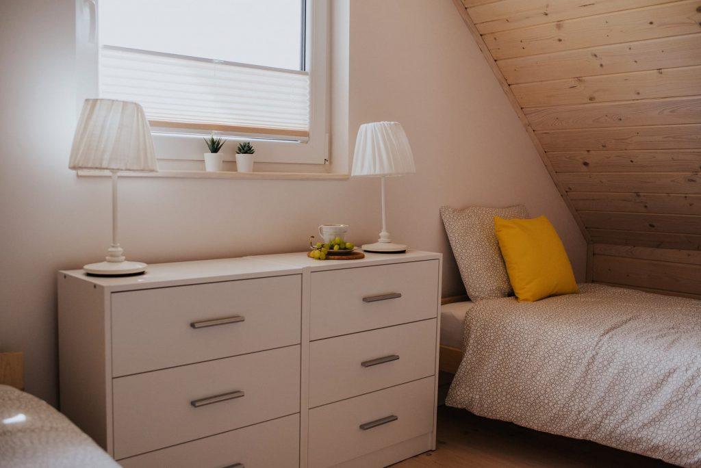 Domek Żółty sypialnia komoda