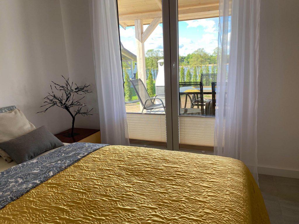 Domek Żółty sypialnia łóżko